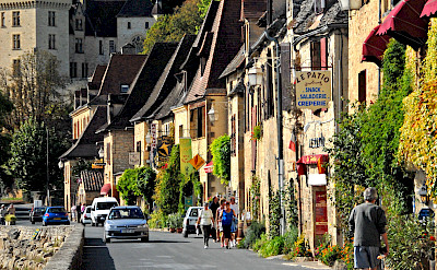 La Roque-Gageac along the Dordogne River. Photo via Wikimedia Commons:Jochen Jahnke