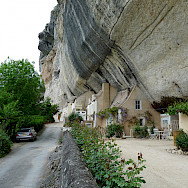 Homes built into caves in Les Eyzies, France. Photo via Flickr:keskyle70