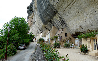 Homes built into caves in Les Eyzies, France. Flickr:keskyle70