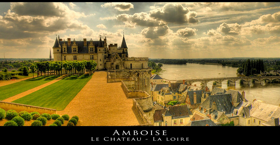 Château d'Amboise overlooking the Loire River, France. Flickr:@lain G