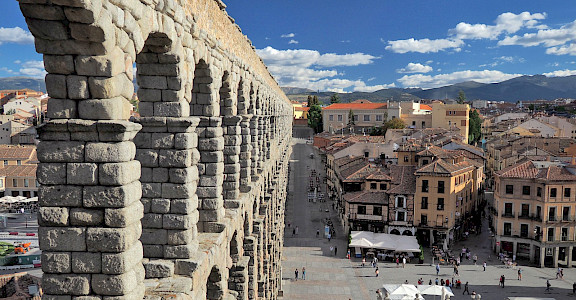 Segovia's famous aqueduct is in Castilla y León, España. Flickr:Dmitry Dzhus