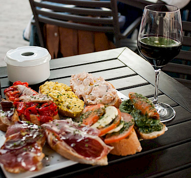 Spain is known for its tapas and wines! Flickr:Salome Chaussure
