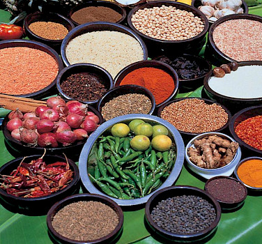 Spices and herbs galore in Sri Lanka! Photo via Flickr:Amila Tennakoon