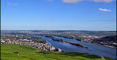 Bike & Boat along the Rhine River towards Rudesheim. Photo via Flickr:Steve Walker