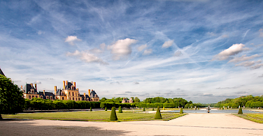 Blues skies over Chateau de Fontainebleau. Photo via Flickr: @lain G