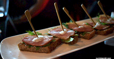 Hors d'oeuvres with your wine tasting in Bordeaux! Photo via Flickr:@ccfoodtravel