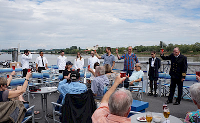 Sundeck with tables and chairs - Bordeaux | Bike & Boat Tours