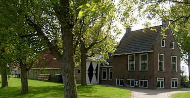 "Typical Frisian farm ""Kop-hals-romp"" (head-neck-body) in Friesland. Flickr:Taco White"