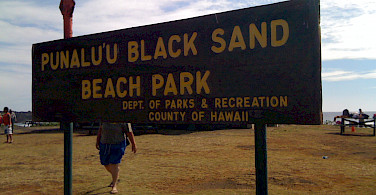 Punalu'u Black Sand Beach Park, Hawaii. Photo via Flickr: とおる。