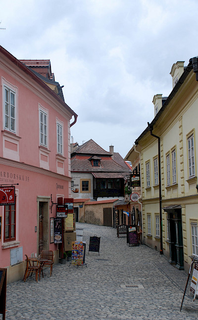 Cobblestone streets in Kutna Hora, Czech Republic. Photo via Flickr:xiquinhosilva