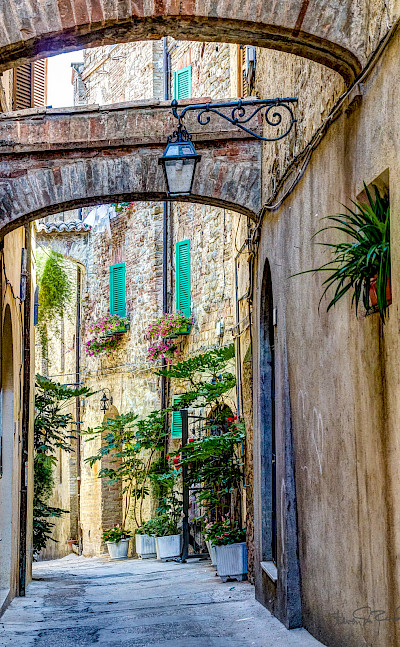 Alleyway in Umbria, Italy. Flickr:Steven dosRemedios