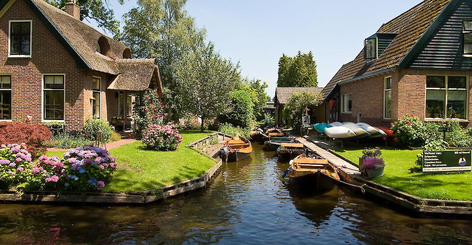 Waterways of Giethoorn, Overijssel, the Netherlands. Flickr:piotr ilowiecki