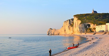 Famous chalk cliffs and beaches of Etretat, Normandy, France. Photo via Flickr:Pierre Laville