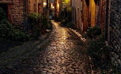 Narrow alleys in Cordes-sur-Ciel, department Tarn, France. Photo via Flickr:Damien Pollet