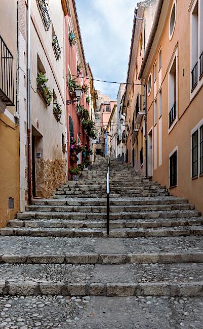 Alleyway in Biar, Spain. Photo via Flickr:Diego Albero Román