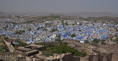 Ruins overlooking Jodhpur, Rajasthan, India. Photo via Flickr:Alex Thomson