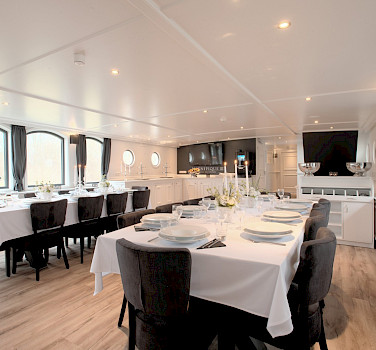 Magnifique III Restaurant setting