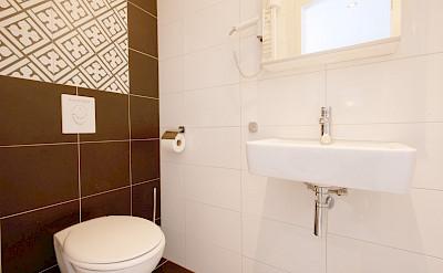 Magnifique III Upper Deck Suite Bathroom - Bike & Boat Tours