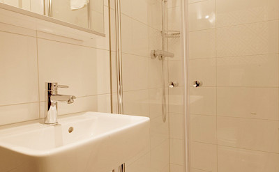 Magnifique III Upper Deck Suite shower - Bike & Boat Tours
