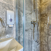 Bathroom shower - New Star | Bike & Boat Tours