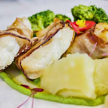 New Star - Gourmet food aboard the New Star | Bike & Boat Tours