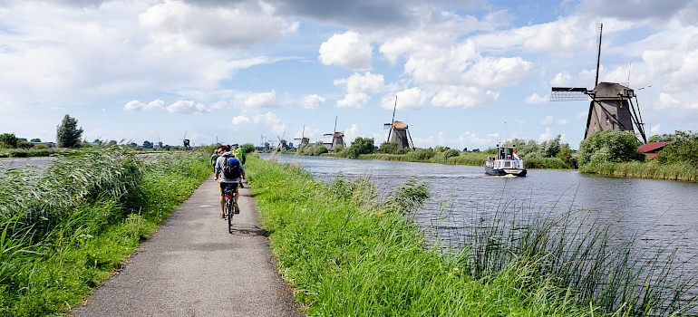 Quiet bike paths in Kinderdijk, South Holland, the Netherlands. Photo via Flickr:Luca Casartelli