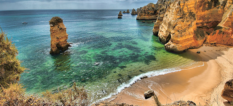 Gorgeous cliffs and beaches in Algarve, Portugal. Photo via Flickr:Oliver Clarke