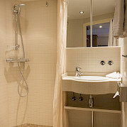 En suite bathroom | De Amsterdam | Bike & Boat Tours