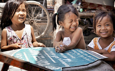 Oh, the laughter of children... Phnom Penh, Cambodia. Photo via Flickr:IND Strupler