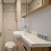 Bathroom superior double cabin - De Nassau | Bike & Boat Tours