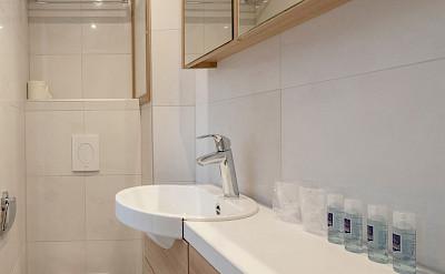 Bathroom superior double cabin - De Nassau | Bike & Boat Tours