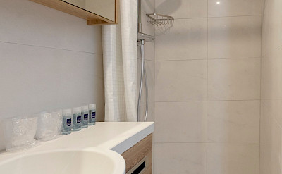 Bathroom superior double cabin shower - De Nassau | Bike & Boat Tours