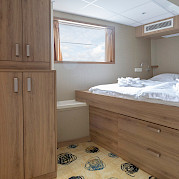 Superior double cabin lower deck front - De Nassau | Bike & Boat Tours