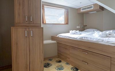 Superior double cabin lower deck front - De Nassau | Bike & Boat Tours