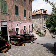 Sidewalk restaurants in Tuscany, Italy. Photo via TO