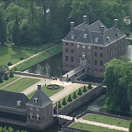 Large castle estate in Amerongen, the Netherlands. Wikimedia Commons:Bureau Redrum
