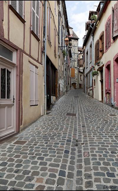Quiet street in Joigny, France. Flickr:GKSens-Yonne