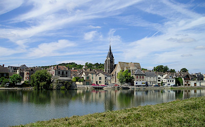 Pont-sur-Yonne on the Yonne River in Burgundy, France. Creative Commons:Rensi