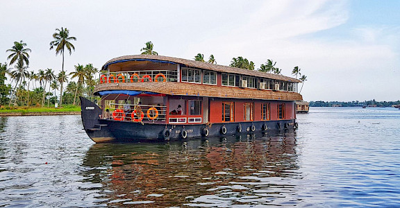 Typical house boat in India | Bike & Boat Tours