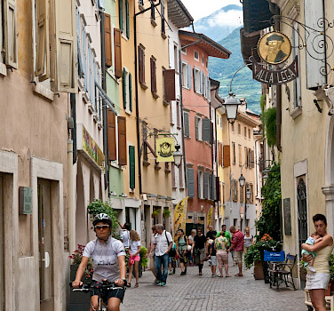 Shopping street en route in Italy. Photo via TO