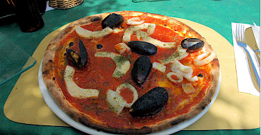 Seafood pizza in Peschiera del Garda, Italy. Flickr:Janos Korom Dr.