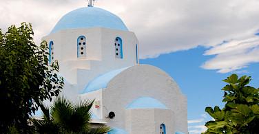 Beautiful Greek churches to be seen on this island hopping bike tour! Photo via TO