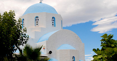 Beautiful Greek churches to be seen on this island hopping bike tour! Photo via TO
