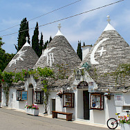Bike rest to explore trullis in Alberobello, Puglia, Italy. Flickr:Laurent