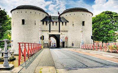 Kruispoort Gate in Bruges, West Flanders, Belgium. Creative Commons:Wolfgang Staudt