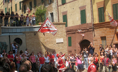 Flag throwing competition in Siena, Italy. Flickr:Razvanorendovici