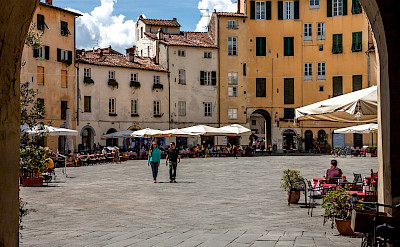 Piazza dell'Anfiteatro in Lucca, Tuscany, Italy. Flickr:PapaPiper