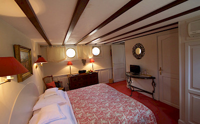 Reddish bedroom | Aurora | Bike & Boat Tours