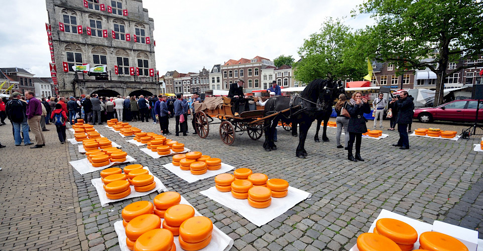 Cheese market in Gouda, South Holland, the Netherlands. CC:Ralf Roletschek