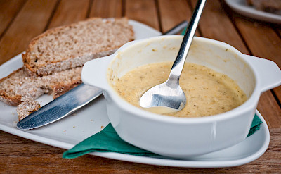 Soup with soda bread, traditional Irish lunch. Flickr:daspunkt